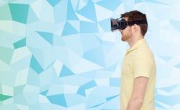 Homme en casque de réalité virtuelle ou verres 3d Images libres de droits