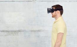 Homme en casque de réalité virtuelle ou verres 3d Images stock