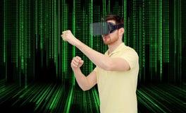 Homme en casque de réalité virtuelle ou verres 3d Photographie stock