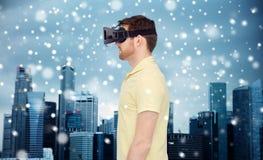 Homme en casque de réalité virtuelle ou verres 3d Photo stock
