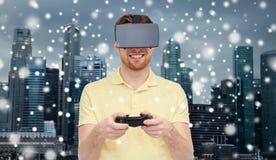 Homme en casque de réalité virtuelle ou verres 3d Image libre de droits