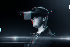 Homme en casque de réalité virtuelle ou verres 3d Photographie stock libre de droits
