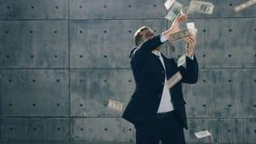Homme en danse formelle de costume et argent de lancement clips vidéos