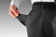Homme en faillite affichant la poche vide Photographie stock libre de droits