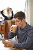 Homme en gros plan avec du café et le smartphone image libre de droits