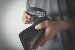Homme en gros plan tenant et tenant la loupe pour le regard Photographie stock libre de droits