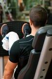 Homme en gymnastique sur l'exercice de machine images libres de droits