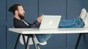 Homme en ligne d'Internet d'argent de revenu comptant des dollars clips vidéos