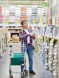 Homme en matériaux de construction de magasin photographie stock libre de droits