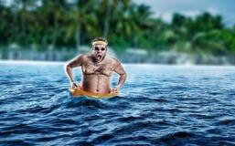 Homme en mer tout en fulminant photo stock