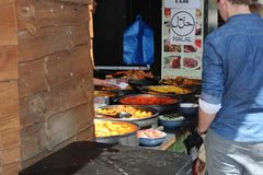 Homme en nourriture halal photographie stock libre de droits
