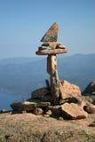 Homme en pierre au-dessus de compartiment de mer Photo stock