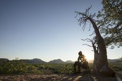 Homme en pierre solitaire du Kaokoland Perspective de l'existence marbre image stock