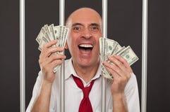 Homme en prison riant avec l'argent liquide photos libres de droits