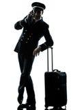 Homme en silhouette d'uniforme de pilote de ligne aérienne Image stock