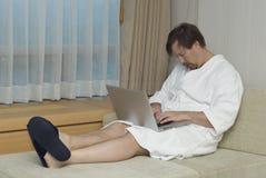 Homme en sommeil avec l'ordinateur portatif Image libre de droits
