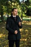 Homme en stationnement d'automne photographie stock libre de droits