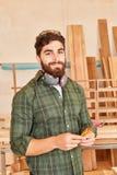 Homme en tant qu'apprenti de travailleur ou de charpentier photographie stock