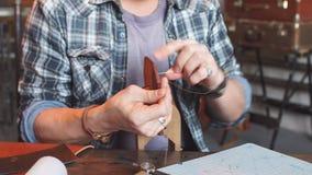 Homme en test l'article en cuir de couture de chemise clips vidéos