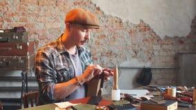 Homme en test l'article en cuir de couture de chemise banque de vidéos