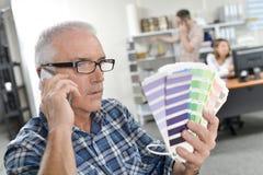 Homme en verres choisissant la combinaison de couleurs Photos libres de droits