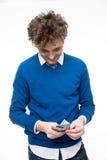 Homme en verres comptant l'argent Photo libre de droits