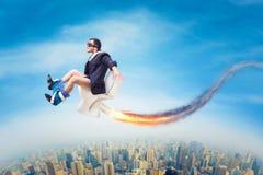 Homme en verres pilotes volant sur une cuvette des toilettes de jet Photographie stock libre de droits
