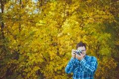 Homme en verres prenant des photos image stock