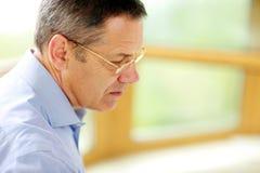 Homme en verres regardant loin Image libre de droits