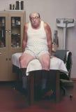 Homme enfoncé sur la table dans l'office#3 du docteur Image stock