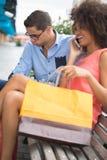 Homme ennuyé dans la femme de attente de boutique de vêtements Photos stock