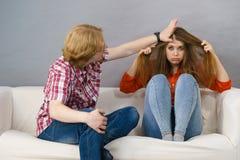 Homme ennuyant la jeune femme triste image libre de droits