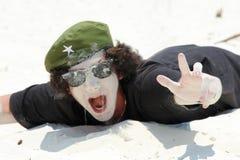 Homme enterré dans le sable à la plage le bonheur de concept, vacances, aucun problème, tout est très bien photographie stock