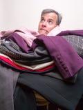 Homme enterré sous la pile de nettoyage à sec Image stock