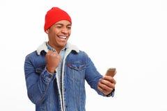 Homme enthousiaste avec la victoire de smartphone photo libre de droits