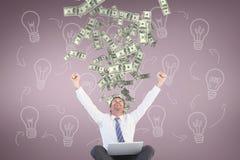Homme enthousiaste d'affaires regardant la pluie d'argent sur le fond rose avec des icônes d'ampoule Images stock
