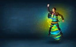 Homme enthousiaste d'affaires sautant avec les lignes colorées d'énergie Photo stock