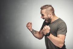 Homme enthousiaste dans un geste victorieux photo libre de droits