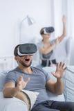 Homme enthousiaste employant les verres 3D Images libres de droits
