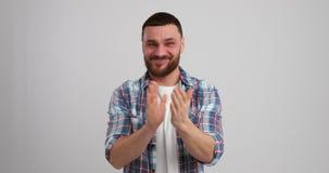 Homme enthousiaste encourageant et battant banque de vidéos