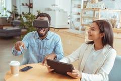 Homme enthousiaste jouant avec le casque de VR en café Photographie stock