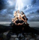 Homme entouré par quatre dames attirantes Photographie stock