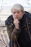 Homme entre deux âges à la mer. Photo stock