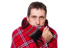 Homme enveloppé dans une couverture chaude photographie stock libre de droits