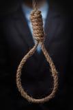 Homme environ pour s'accrocher dans le noeud coulant image libre de droits