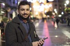 Homme envoyant et semblant les messages de réseau sociaux Photographie stock libre de droits