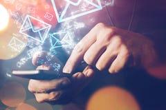 Homme envoyant le message électronique utilisant le smartphone Photos libres de droits