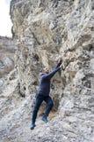Homme essayant de monter la roche sans corde photo libre de droits