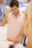 Homme essayant de rappeler le numéro de borne de carte photos libres de droits