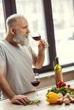 Homme essayant le vin rouge Images libres de droits